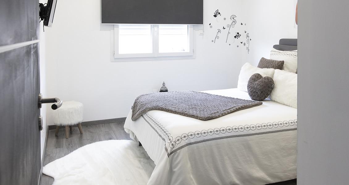 Belle chambre d'adultes avec grand lit et coussin en forme de coeur