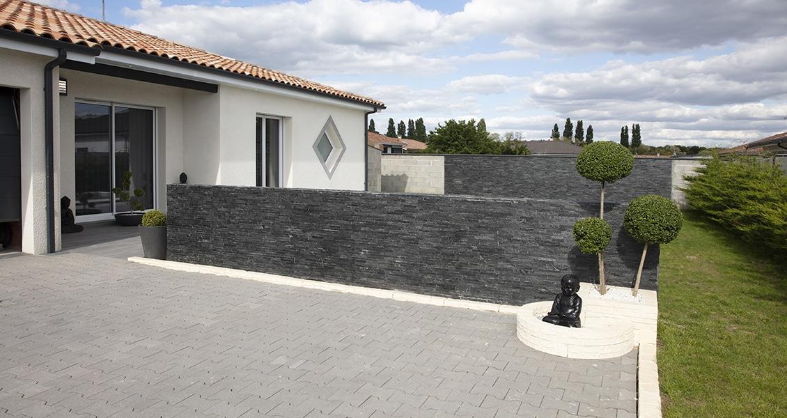 Maison contemporaine avec une grande baie-vitrée donnant sur la piscine extérieure