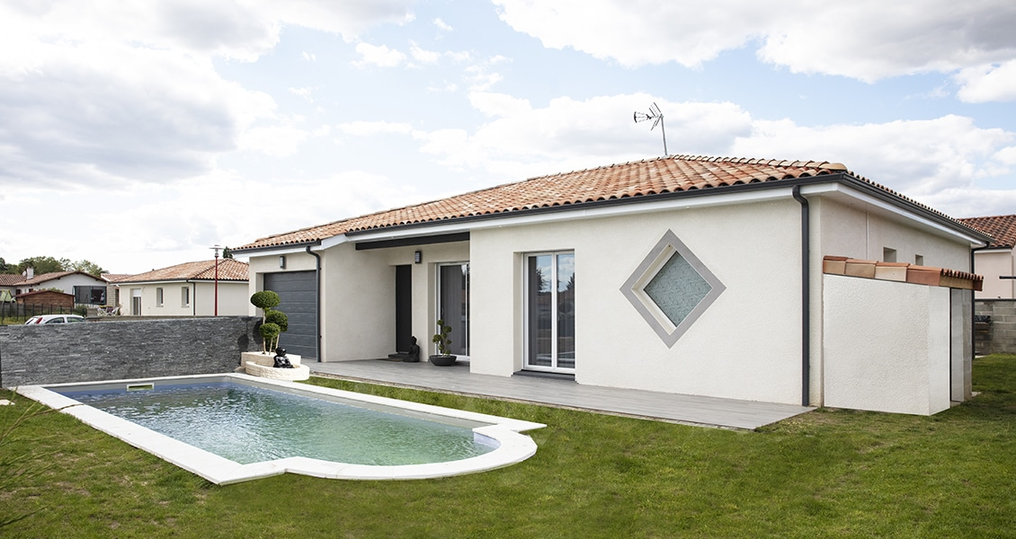 Maison contemporaine avec garage et piscine dans le jardin