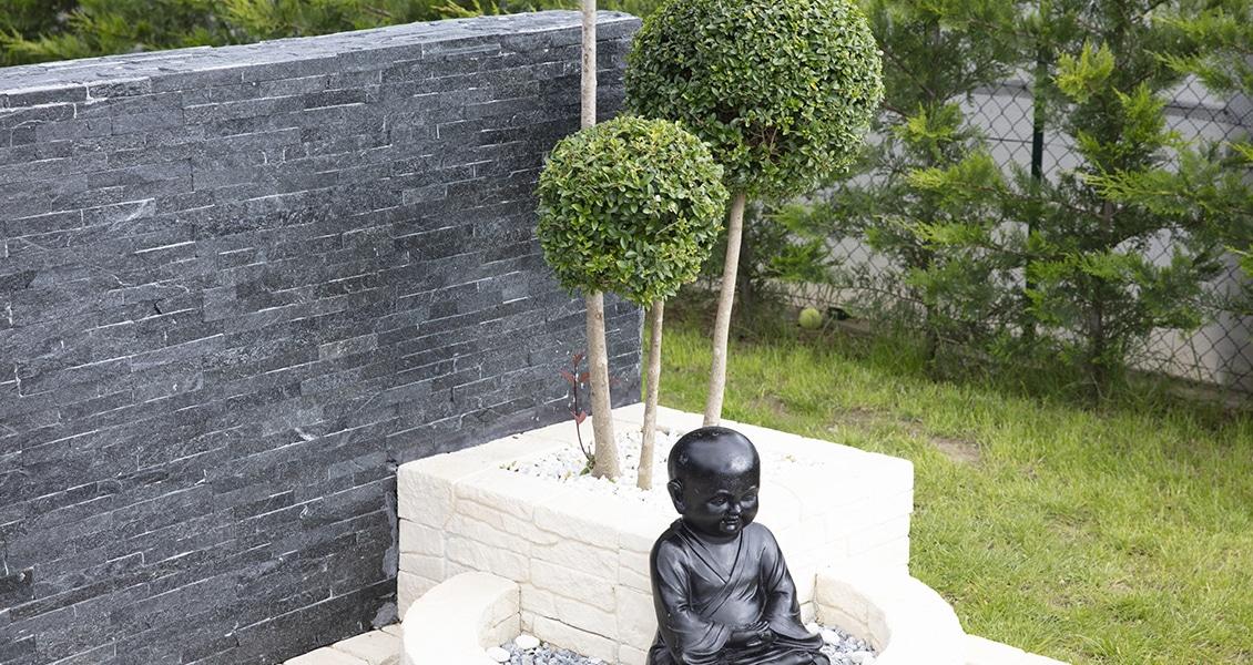 Statuette d'extérieure dans le jardin d'une maison moderne dans les Landes
