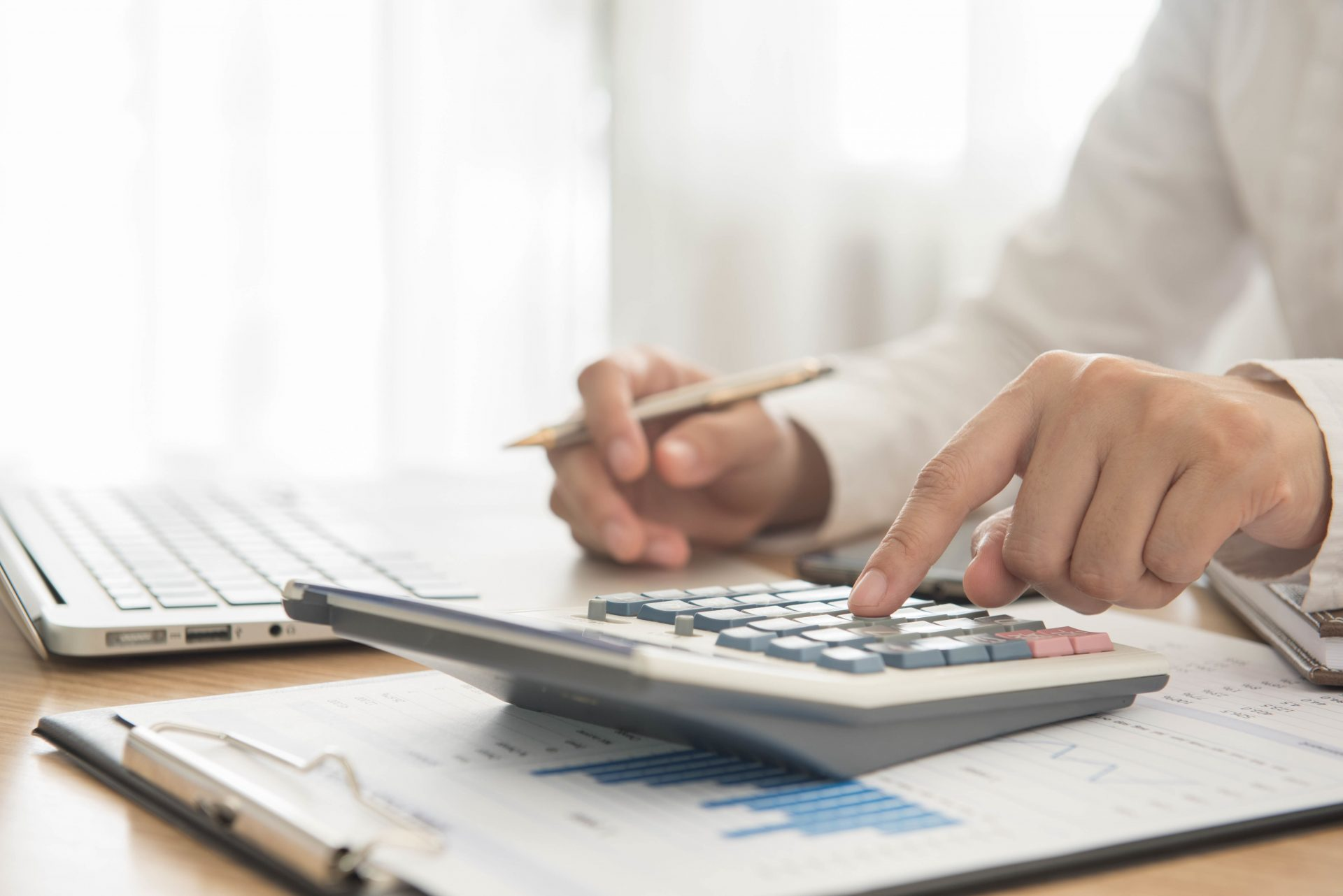 Homme se servant d'une calculatrice pour un bilan financier