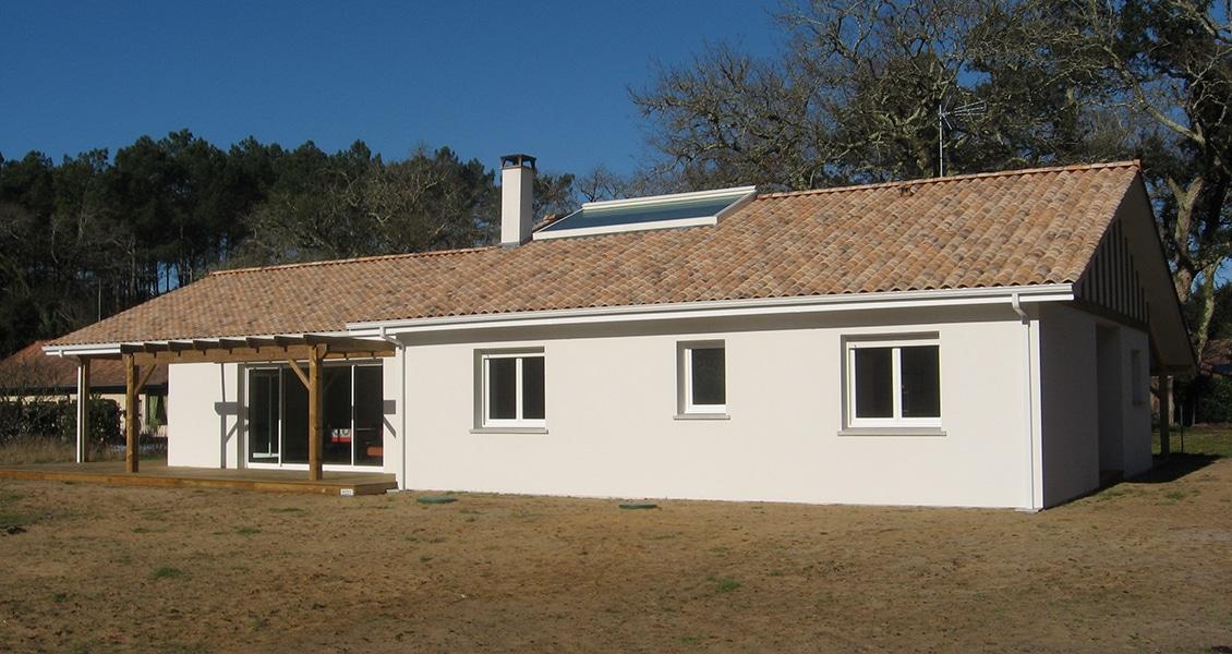 Maison neuve avec belle façade blanche et pergola bois dans les Landes