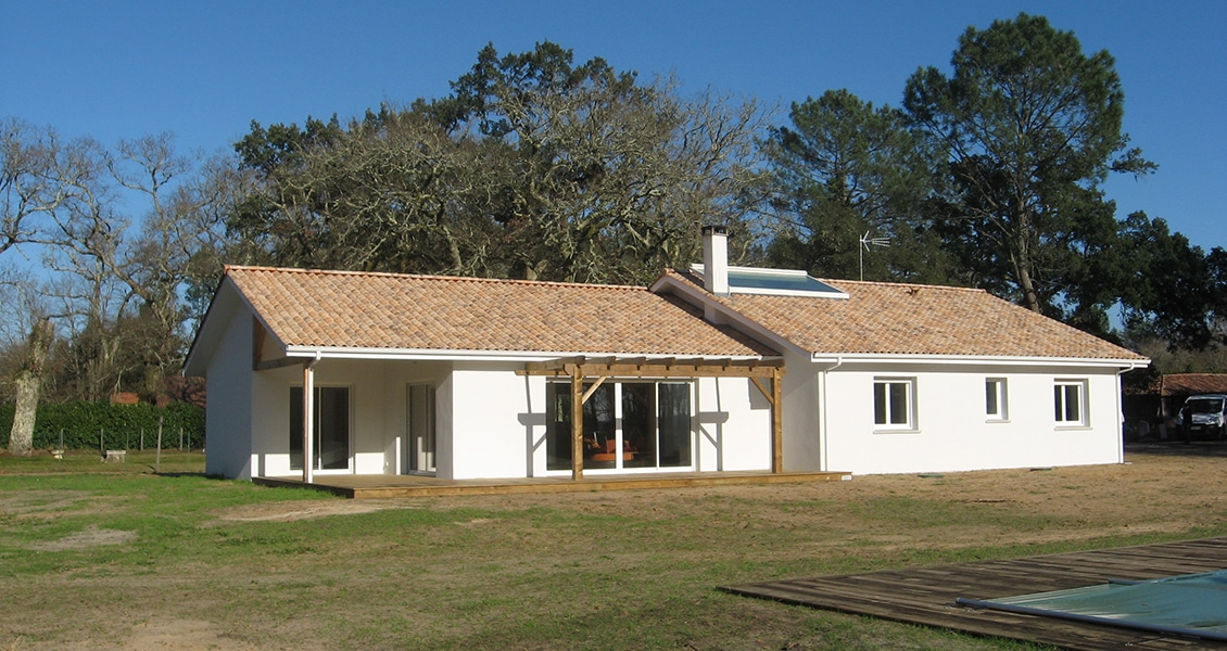 Belle maison landaise avec de nombreuses ouvertures et une piscine