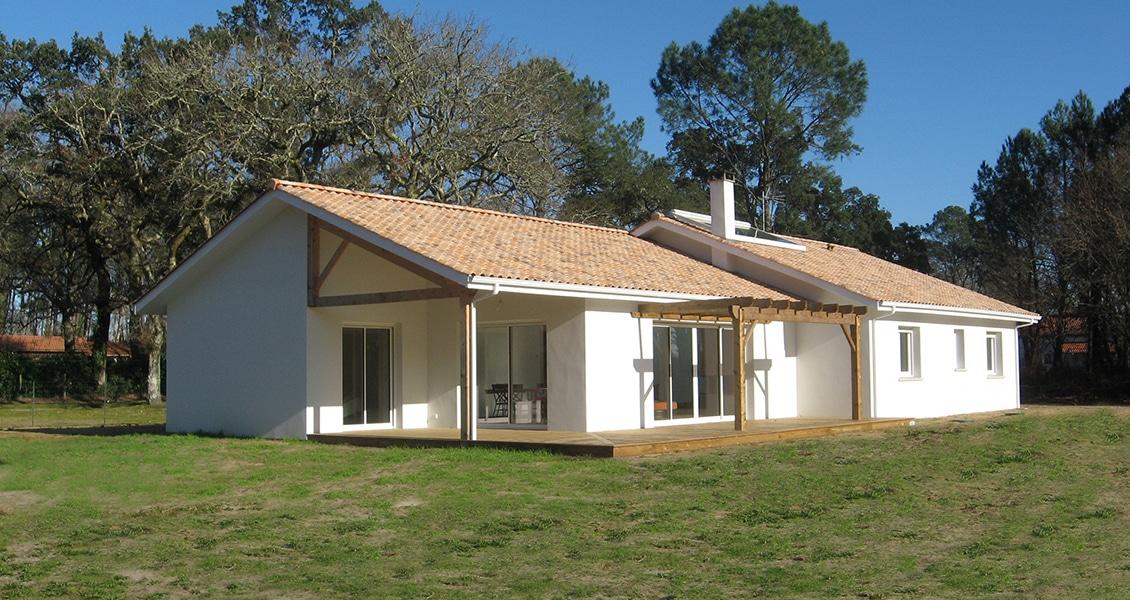 Belle maison typiquement landaise avec une vaste terrasse en bois