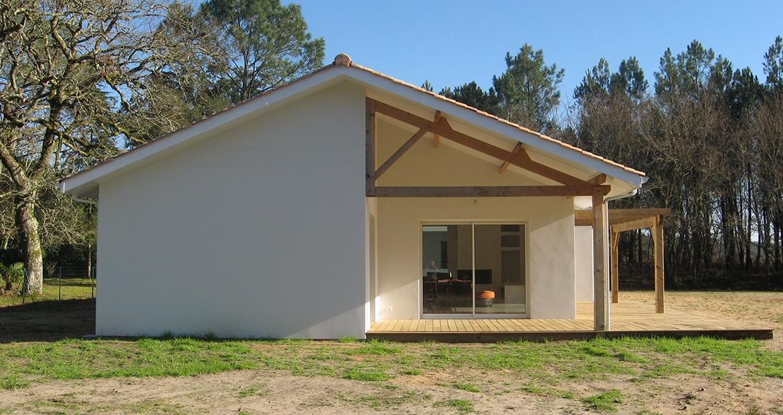 Terrasse en bois d'une maison landaise sur un vaste terrain