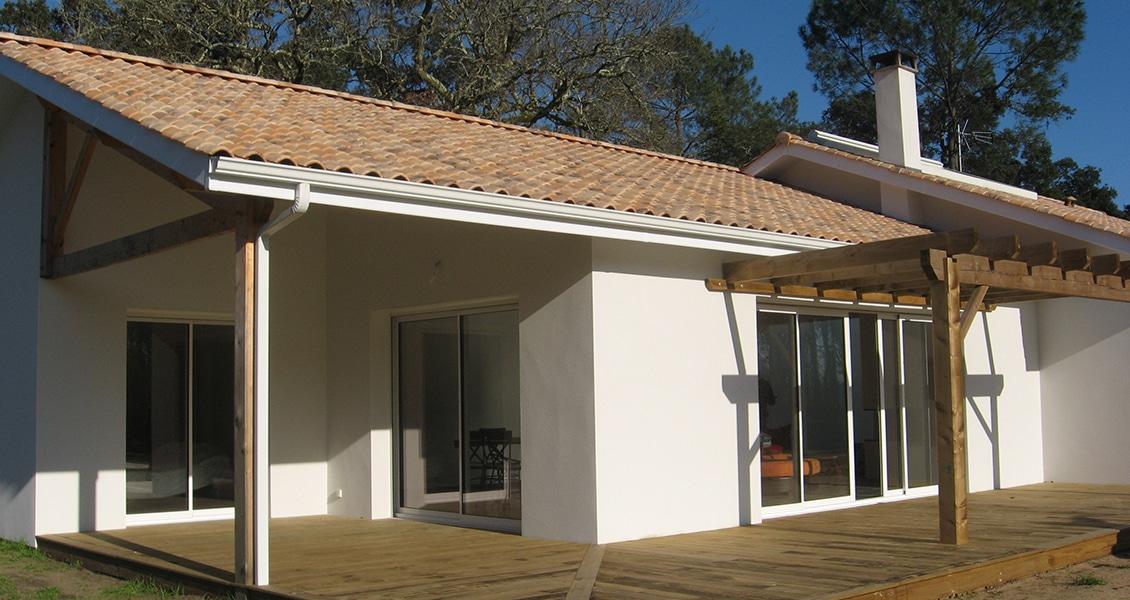 Terrasse et pergola en bois d'une maison neuve dans les Landes
