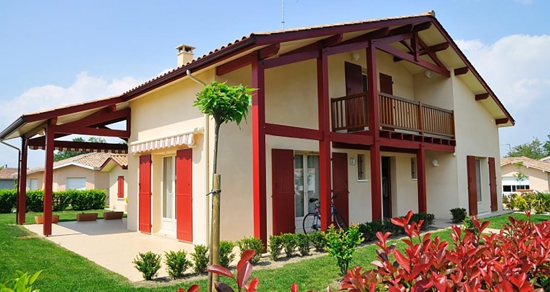 Joli jardin arboré d'une maison typiquement basque