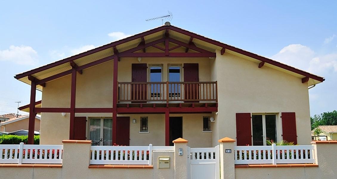 Maisons basque avec volets et colombage bordeaux