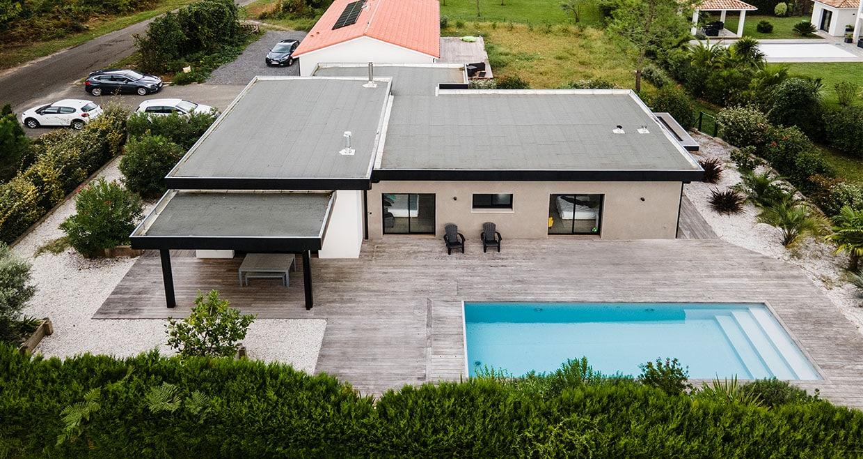 Maison toit plat avec piscine et terrasse bois