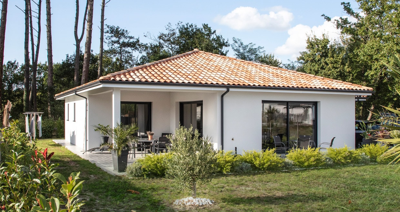 Maison moderne dans les Landes avec trois baies vitrées