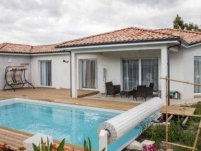 Maison moderne à Bellocq avec piscine et terrasse bois