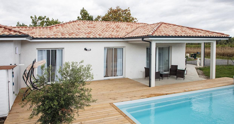 Maison moderne dans les Pyrénées-Atlantiques avec piscine et terrasse bois