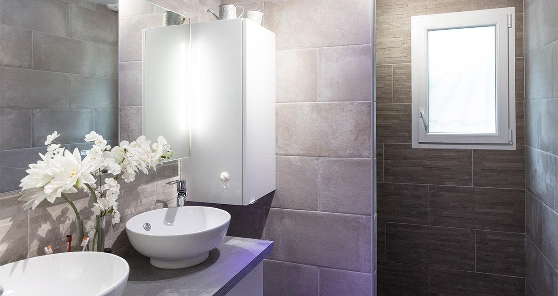 Salle de bain moderne avec meuble double vasque et douche à l'italienne