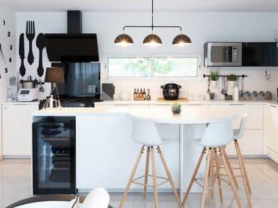 Cuisine ouverte et moderne avec fenêtre horizontale