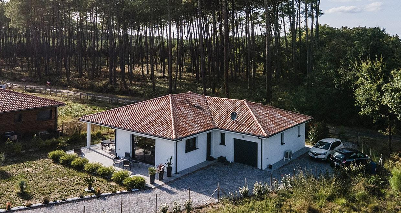 Maison neuve avec garage dans les Landes sous une forêt de pins