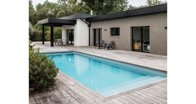 Terrasse couverte en bois avec piscine intégrée