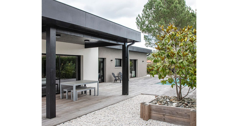 Terrasse couverte en bois avec salon de jardin