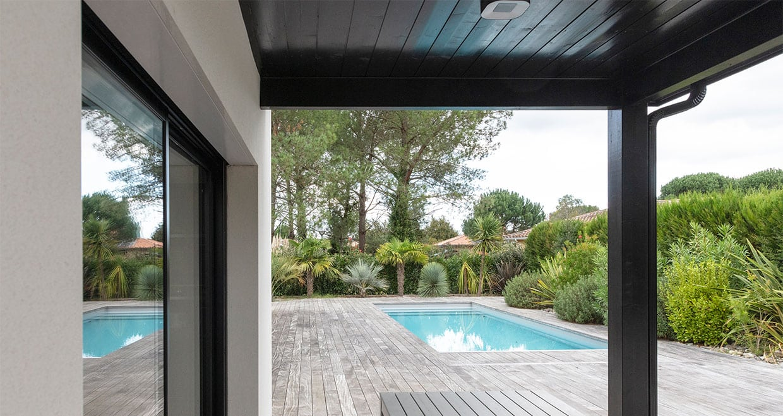 Piscine intégrée à une terrasse en bois