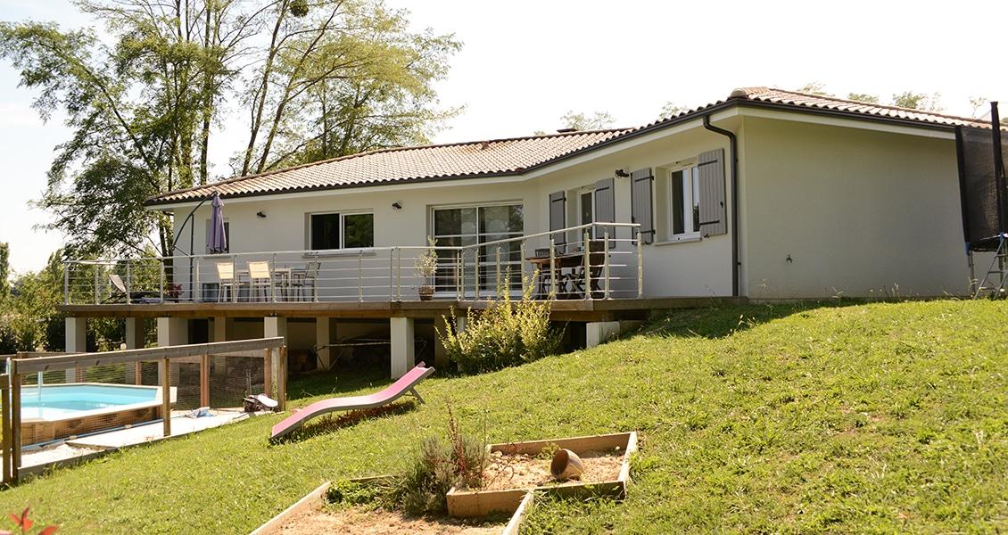 Terrasse sur pilotis d'une maison contemporaine sur terrain en pente