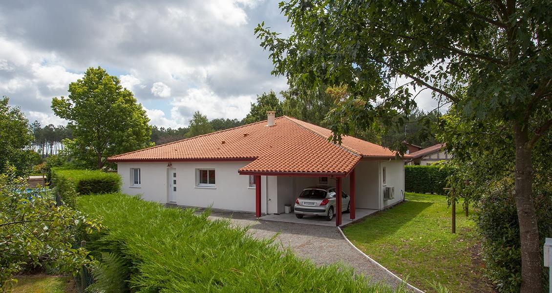 Grande maison au Pays Basque avec auvent pour garer une voiture