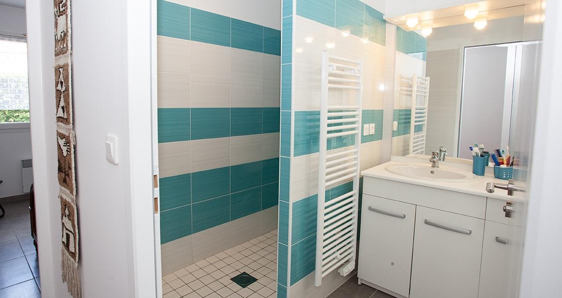 Salle de bain indépendante avec carrelage marin blanc et vert bouteille