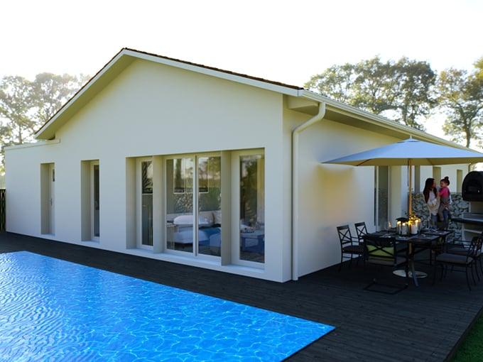 Maison moderne avec îscine et sa terrasse bois