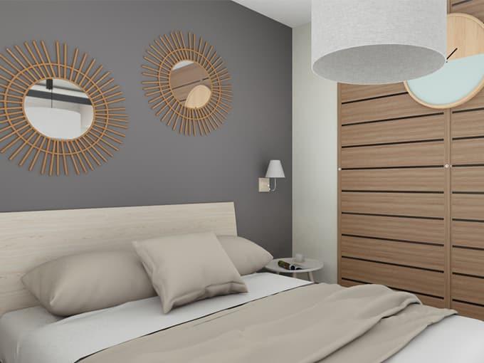 Chambre adulte avec grand lit et miroirs