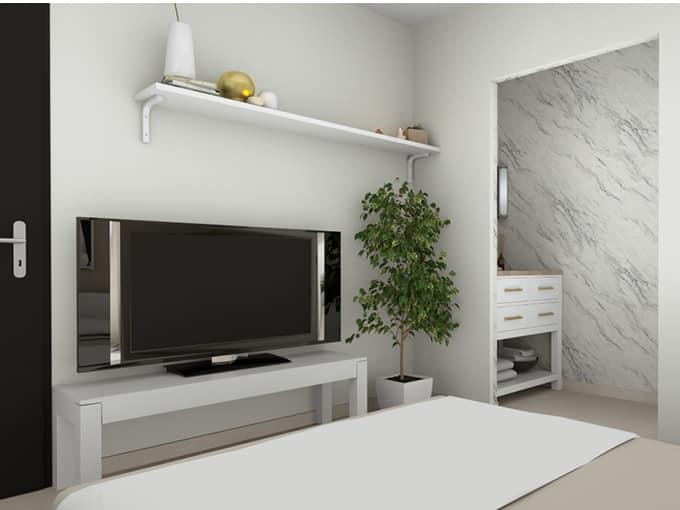 Suite parentale avec salle d'eau et une TV sur un meuble