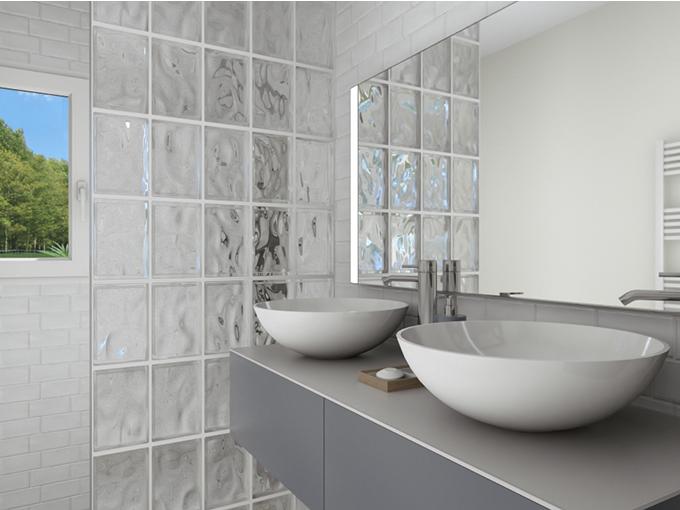 Salle de bain moderne avec meuble double vasque et mur en verre