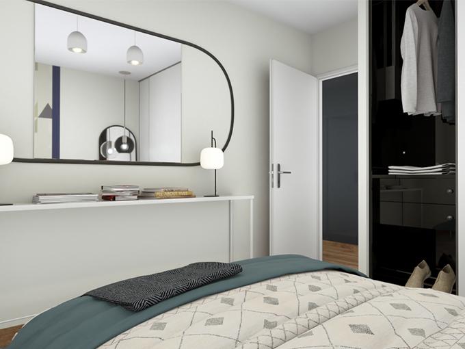 Chambre avec placard et miroir au-dessus d'un grand lit
