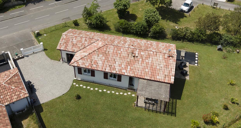 Vue du ciel d'une maison moderne dans les Landes