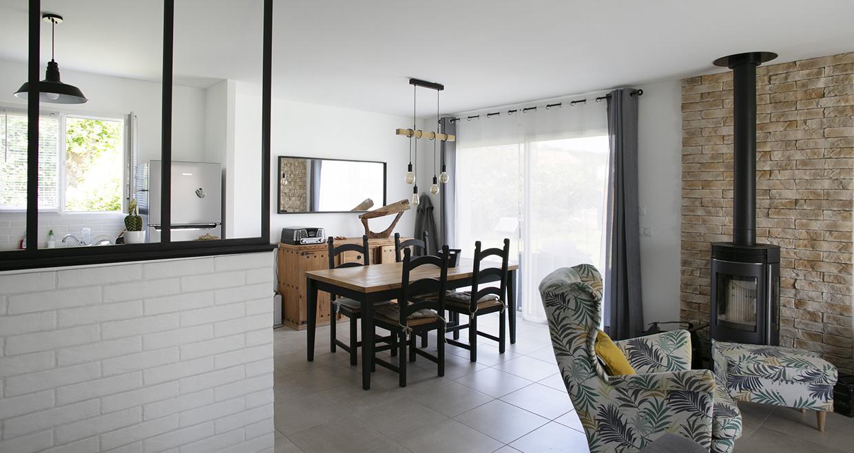 Salon et salle à manger avec un poêle à granules