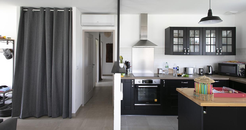 Cuisine ouverte moderne et couloir desservant des chambres