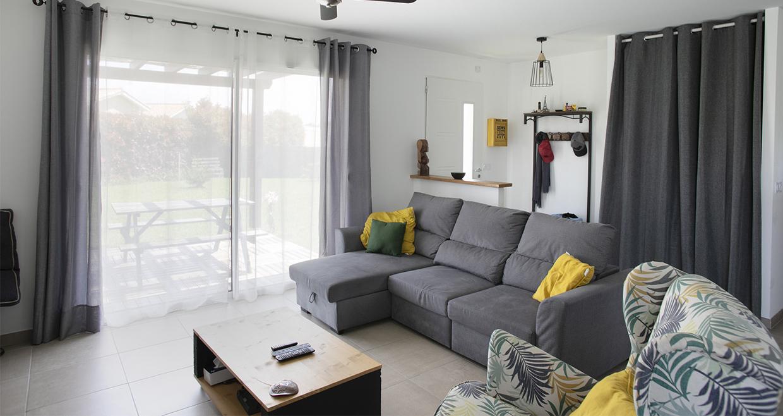 Canapé devant une baie vitrée dans un espace TV
