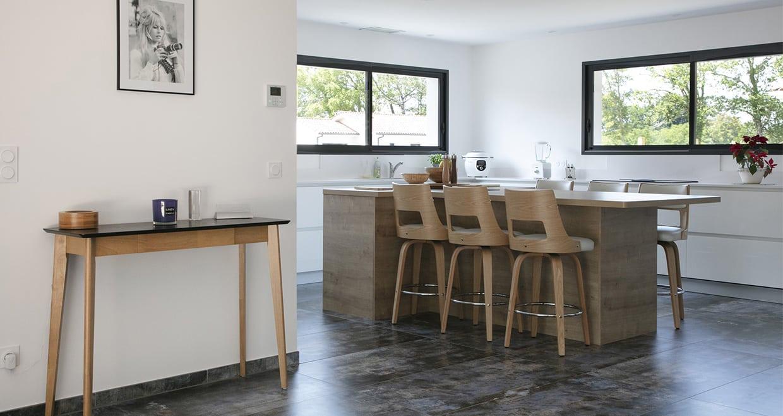Entrée d'une maison moderne avec cuisine ouverte