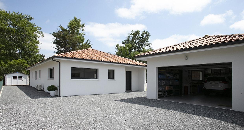 Garage décroché avec menuiseries grises