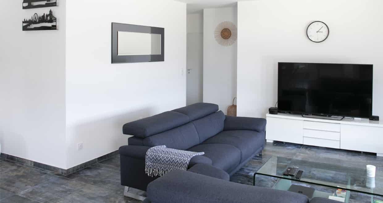 Espace TV avec canapé contemporain