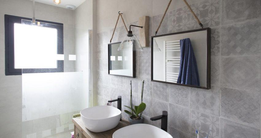 Salle de bain moderne avec décoration industrielle et meule double vasque