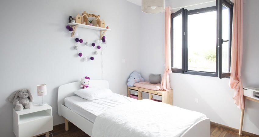 Jolie décoration d'une chambre de jeune fille avec fenêtre ouverte