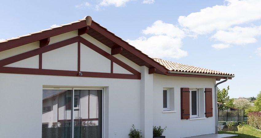 Maison typiquement basque avec colombage rouge et baie-vitrée donnant sur le jardin