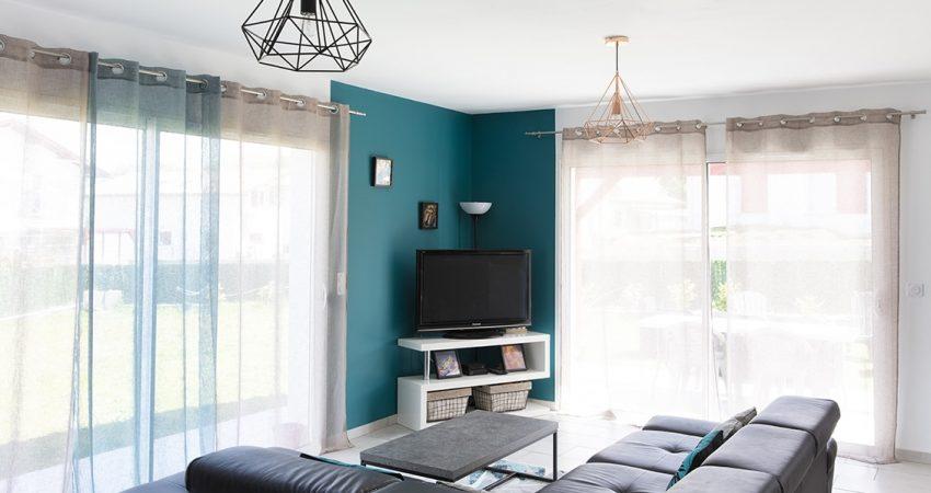 Salon avec deux grandes baies-vitrées offrant une double exposition