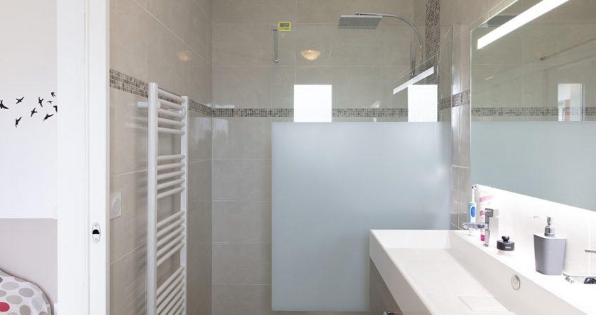 Salle d'eau avec douche à l'italienne et sèche-serviettes