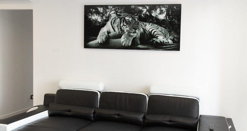 Salon d'une maison neuve dans les Landes avec un canapé en cuir