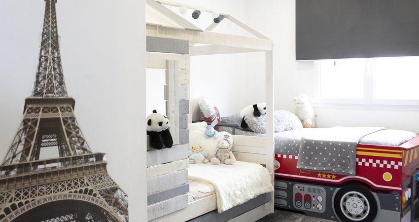 Chambre d'enfants avec lit cabane et lit voiture