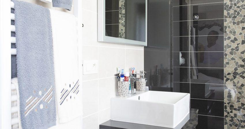 Salle de bain avec faïence moderne en noir et blanc
