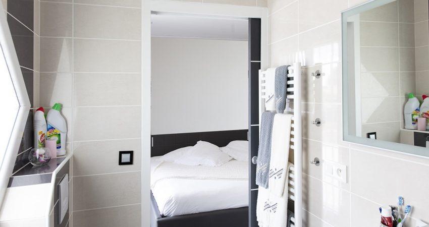 Une suite parentale avec salle de bain comprenant un wc et un sèche serviette en complément de la douche