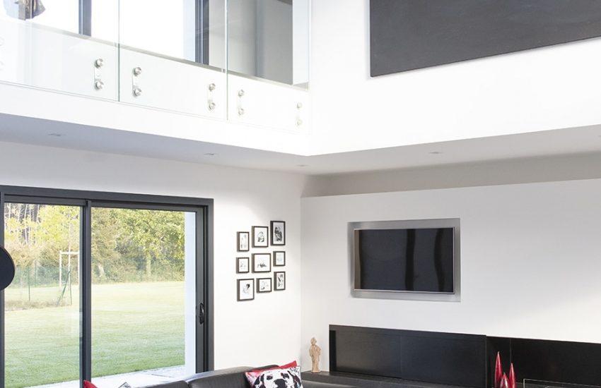 Salon avec vide sous-séjour et grande baie-vitrée 3 vantaux