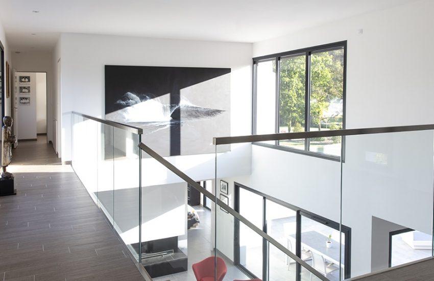 Étage d'une maison avec escalier et garde-corps en verre
