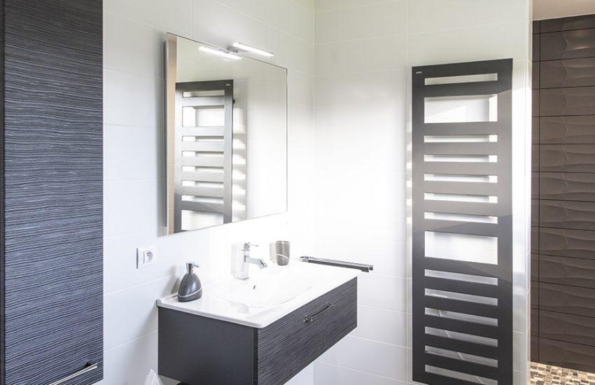 Salle de bain contemporaine avec sèche-serviettes gris