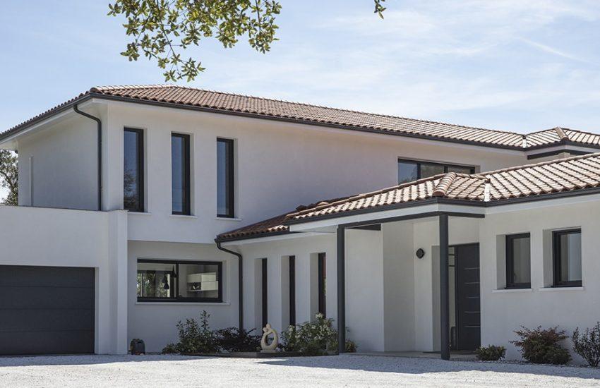 Entrée d'une maison contemporaine avec double garage